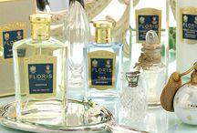 Floris / 1730 traf Juan Famenias Floris, der auf Menorca geboren und aufgewachsen war, in London ein und eröffnete im eleganten St. James-Viertel sein Geschäft in der Jermyn Street. Zunächst war er als Barbier und Kammhersteller tätig, sehnte sich jedoch bald nach seiner mediterranen Heimat. Seinen Erinnerungen gab er Gestalt, indem er aus Ölen, Essenzen und Fixateuren, die er aus ganz Europa bezog, die ersten Floris-Parfums kreierte.