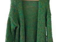 Vest Floral / Ooo, wat matcht vest Floral geweldig met de huidige 'floral green' trend. Vest Floral is gebreid met meerdere groene draden wol/garen, hierdoor kleurt dit vest uitstekend van frisgroen tot olijfgroen en dat is reuze handig combineren en dragen. Ook is ze weldadig zacht en soepel en kan ze zo op de huid gedragen worden, wat extra fijn voor de zomer is.