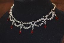 Smykker af ringe, perler og wire