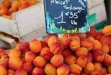 Jours de Marchés / Allez, allez, ils sont beaux mes abricots ! tenez, goûtez Madame ! tiens mon petit, prends ce beau fruit bien mûr !!! mmm !!!  que de souvenirs heureux . . .