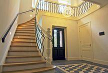 Hoog.design | Hal / De hal is de eerste ruimte die gezien wordt als er door de voordeur naar binnen wordt gegaan. Op HOOG bieden wij een overzicht van luxe trap ideeën. Het is een fijne gedachte om een sfeervolle entree van uw huis te hebben, die u meteen het warme thuisgevoel geeft. Ook uw gasten krijgen de eerste impressie van uw woonhuis, bij binnenkomst in de hal. Het is het visitekaartje van uw woning en mag er daarom bijzonder uitzien.