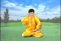 Мастер Ли Хунчжи показывает упражнения цигун Фалунь Дафа.