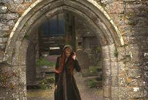 Melissandra + Cássio / Melissandra era a bruxa mais bela que Cássio havia conhecido em toda sua vida. Se amaram para sempre, porém, ao descobir que estava grávida, Melissandra fugiu temendo pela vida de seu filho. Atravessou o Lago Congelado e a Floresta Densa, e em uma clareira, deu a luz e criou seu filho Ambert até ser encontrada pela Santa Inquisição. Ambert passou a viver sozinho aos 13 anos.