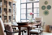 Decoração / Adoro pratos nas paredes, cestaria, lustres, abajures, tapetes, espelhos e muita criatividade.