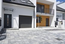 Kostka brukowa Promenada + Urbanit. Nowoczesna realizacja domów w zabudowie szeregowej / Nowoczesna aranżacja terenu przy osiedlu w zabudowie szeregowej