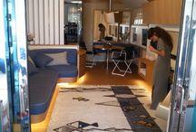 MEDITERRANEO / Tessuto con tecnica tradizionale di Sardegna, il tappeto si ispira alla varietà culturale che circonda il mare mediterraneo. La composizione rappresenta un contesto marino attraversato da diversi pesci. Il flusso è rappresentato da una fascia blu, tessuta a pibiones, che viaggia da una sponda all'altra, attraversando il mare. La parte chiara è tessuta a litzos con un filato formato da tre materiali: lana, lino e cotone.