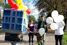 """Hines - Pan Domek / Przy pomocy pneumatycznego stroju """"PANA DOMKA"""" zapraszaliśmy przechodniów do odwiedzenia inwestycji dewelopera: Apartamenty NOVUM w Krakowie. Nasz niezawodny team przemieszczał się ulicami Krakowa rozdając najmłodszym balony z logiem inwestycji."""