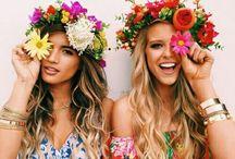 QUEEN OF THE BEACH / Le sable chaud, le bruit des vagues et quelques fleurs dans les cheveux ....  On aime l'été !