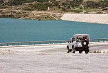 Kaş Otel Jeep Safari Turu Aktiviteleri / şte sizlerin ilgisini çekecek doğanın ,denizin ,güneşin ,tarihin , kültürün ve eğlencenin iç içe olduğu muhteşem bir kokteyl daha Kaş Otel'den. Sabah saat 09:30`da Korsanada'da başlayan Jeep Safari turumuzda önce ciplerimizle Kaş`ın en güzel köylerinden biri olan , üzümü ile meşhur Üzümlü Köyü`ne gidiyor ve burada otantik bir köy kahvesinde çaylarımızı yudumluyoruz.