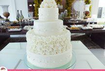 Flores, rendas e pérolas para encantar seu Casamento! / Muitas flores para celebrar um momento inesquecível - Bolo de Casamento por Ana Barros Bolos