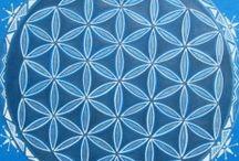květ života / Znovuobjevený prastarý esoterický symbol KVĚT ŽIVOTA najdeme často vyobrazen na starodávných posvátných artefaktech, v symbolice gotických katedrál, ve vitrážových oknech posvátných staveb.