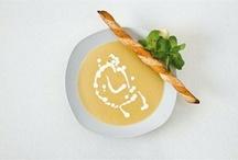Чечевичный суп / Без чечевичного супа не обходится в Турции ни один обед, а кое-где и завтрак. Главные его ингредиенты - вода, красная чечевица и перец, обычно тоже красный. Вариаций с этим аккордом много: суп дополняют томатной пастой, луком, морковью, чесноком, сушеной мятой,  иные и картофелем, а смягчают вкус с помощью молока или сливок.