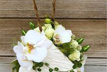 Borsette di fiori/ Flower bags / Idee meravigliose sia come bouquet sposa sia come decorazioni per tavole molto femminili!/ Gorgeous flowers bags