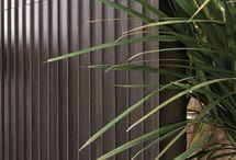 Collezione Les Bois / Kronos reinventa l'immaginario del grès effetto legno, con un progetto dall'eleganza minimale ed elevata matericità. Cinque nuance dai colori intensi con una particolare sensibilità per i colori scuri.