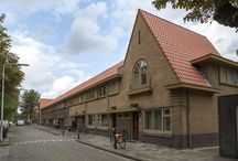 Project Tuinstadwijk (beschermd stadsaanzicht) - Leiden / De Tuinstadwijk bestaat al bijna honderd jaar. De wijk was toe aan een opknapbeurt. Woningcorporatie De Sleutels wilde dit doen met aandacht voor het historisch aanzicht, en rekening houdend met wensen van de bewoners. Samen met de bewonerscommissie is de wijkaanpak tot stand gekomen.   Door in ketensamenwerking te werken, konden de werkzaamheden per woning in 17 werkdagen worden uitgevoerd.