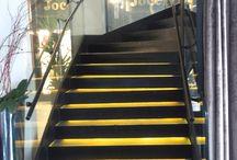 Escalier limons latéraux Elite / Elite lateral beams stairs / . escalier : autoportant droit, quart ou demi tournant . structure : un ou deux limons latéraux en inox ou en acier laqué . marches : verre / bois (chêne, hêtre, ou autre sur demande) / inox / acier laqué . garde-corps : verre / verre et inox / inox / verre et acier laqué / acier laqué