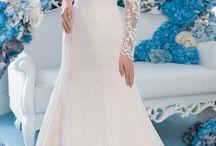 """LADIANTO - итальянский бренд свадебных платьев и аксессуаров / Итальянский бренд свадебных платьев и аксессуаров """"LADIANTO"""" был создан в 2015 году """", сразу громко заявив о себе безукоризненным качеством материалов, кроя и уникальностью моделей. Великолепная коллекция охватывает все тренды и стили, которые находятся на пике популярности текущего сезона, поэтому каждая невеста останется довольна. В широком ассортименте """"LADIANTO"""" вы найдёте свадебные платья всех популярных фасонов: пышное бальное платье, классический А-силуэт, подчёркивающий фигуру силуэт """"русалка"""" или """"рыбка"""" , легкий годе и элегантный прямой. Также в свадебных салонах """"Дом Весты"""" представлены аксессуары бренда: болеро, фаты и пояса. Коллекция создана из лучших европейских тканей. Платья декорируются различными вариантами кружева: испанское, венецианское, кордовое, шантильи. Сложные и изысканные узоры, выполненные в том числе и вручную, идеально дополняют задумку мастера. Невероятно нежный еврофатин, струящийся креп-сатин, роскошный атлас, королевский микадо, оригинальный декор с использованием жаккарда, макраме и кристаллов  Swarovski - все свадебные платья, которые предлагает итальянский бренд, являются настоящими произведениями искусства и поражают своей красотой и изысканностью!"""