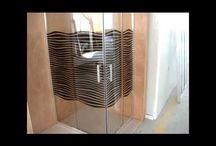 Extendable shower enclosures