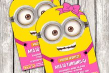Fiesta Minions: invitaciones ⭐ Minions Party Invitations / Celebra una fiesta de cumpleaños temática de los Minions con estas ideas de invitaciones. Reparte una postal a cada invitado para que sepa todos los detalles de la fiesta Minions. ⭐ Announce your child's birthday party with a crew of playful Minions on these Despicable Me Party Invitations. Each of these invitation cards features a pair of smiling Minions. Ideal for a Despicable Me theme party