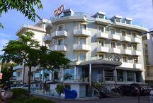 """Il Rex / Nella realizzazione dell'Hotel 3 stelle la famiglia Vanucci si è ispirata all'epico transatlantico Rex, orgoglio della marina civile italiana degli anni 30 e simbolo dei sogni di un'epoca nel felliniano """"Amarcord""""."""