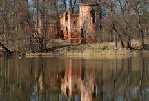 Zamek Klaudyny Potockiej / Budowla położona na jednej z wysp Jeziora Góreckiego powstała w latach 1824-1825. Fundatorem ale również architektem zameczku był Tytus Działyński. Rezydencja była prezentem dla jego siostry Klaudyny z okazji jej ślubu z Bernardem Potockim. Obecnie pozostałości rezydencji znajdują się na terenie Wielkopolskiego Parku Narodowego.