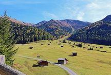 Pfundser Tschey / Die Pfundser Tschey ist ein Hochtal oberhalb von Pfunds und verläuft von ca. 1.600m - 1.700m Seehöhe. Das unvergleichliche Panorama, mit den vielen kleinen Heustadeln muss man gesehen haben. Das Hochtal zählt auf Grund seiner landschaftlichen Schönheit zu den ganz großen Schätzen des Tiroler Oberlandes.