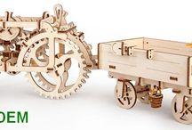 Stavebnice traktor, kombajn, tramvaj, divadlo a motor / Mechanická stavebnice ze dřeva, která je funkční a pohyblivá. Tak se dá nazvat Ugears dřevěné hračky pro starší kluky okolo 13 let.