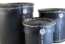 Boîtes en pneu recyclé. Réalisée au Vietnam de façon artisanale, découpes et coutures manuelles. / Boîtes rondes avec couvercle ou poignée en pneu recyclé. Réalisées au Vietnam de façon artisanale, découpes et coutures manuelles. Matériau très robuste et imputrescible permettant également un usage à l'extérieur. Plusieurs dimensions disponible.