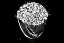 Rings /  Das Besondere liegt im Kontrast: Acrylglas hat Dank seiner Transparenz und Klarheit eine exzellente Lichtstreuung und höchste Lichtdurchlässigkeit, ist gleichzeitig stark, luftig -leicht, transluscent, elegant, offen, zurückhaltend…unsere Ringe gibt es in verschiedene Größen, sind sehr angenehm zum tragen und sind allergiefrei,  auch ein sehr attraktiver und glamouröser  Reiseschmuck