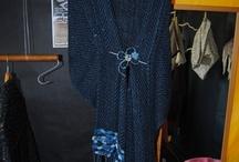 """Tejedores. Artesanía de Tenerife / María Teresa Pérez Hernández, tejedora. Esta artesana residente en Candelaria, se inició en el oficio en la década de los 80 a la edad de 21 años, recibiendo las enseñanzas de su prima Inés García Hernández, quien a su vez las recogió de una antigua tejedora de Taganana, Doña Juana Negrín. """"Contemplaba a mi prima elaborar unas mantas de lana en un telar que ella misma se había construido, y la actividad me llamaba tanto la atención que un par de años después ya tenía yo mi primer telar."""