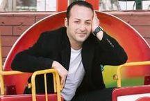 Tolga Çevik / (d. 12 Mayıs 1974, İstanbul), Türk tiyatro, sinema ve dizi oyuncusu, komedyen. Avrupa Yakası adlı dizide Sacit Kıral karakterini canlandırmış ve daha sonra diziden ayrılarak kendi hazırladığı Komedi Dükkanı adlı programa ağırlık vermiştir. 2014 yılı içerisinde ise Arkadaşım Hoşgeldin ile devam etmiştir.