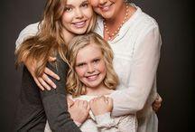 Семейная фотосъёмка на однотонном фоне