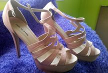 My Shoes / Το Παπούτσι είναι ένα κομμάτι της ενδυμασίας και καλύπτει το κάτω μέρος του ποδιού. Εκτός από το απλό κάλυμμα βοηθάει και στο βάδισμα. Συνήθως τα παπούτσια είναι από δέρμα ή ύφασμα, σπανιότερα και από λάστιχο ή πλαστικό. Παραδοσιακά τα παπούτσια κατασκευάζονταν από τσαγκάρηδες, σήμερα είναι συνήθως ένα βιομηχανικό προϊόν.
