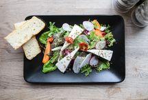 Raikkaat salaatit / Salaatti on oiva valinta lounaalle, mutta miksi ei illallisellekin. Osoitteesta www.foodora.fi löydät monia ravintoloita, jotka tarjoavat erilaisia salaatteja joka lähtöön.
