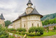 5 manastiri pe care trebuie sa le vezi / Aşa cum te-am obişnuit, continuăm să explorăm împreună cele mai frumoase locuri din România. De data aceasta, m-am gândit să facem o incursiune pe la cele mai importante mănăstiri din ţara noastră. Toată lumea ştie cât este de important cultul religios pentru români şi ce valoare culturală, istorică şi socială au avut şi au în continuare locaşurile de cult de la noi. Iată aşadar, din diverse colţuri ale ţării, 5 mănăstiri româneşti pe care trebuie să le vezi!