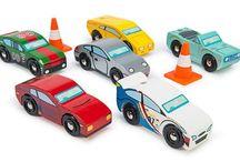 Petites voitures et circuits en bois
