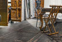 HOLZFLIESEN / WOOD TILES / Fliesen mit Holzoptik liegen besonders im Trend. Sie verbinden Widerstandsfähigkeit mit Ästhetik. Holzoptikfliesen erschaffen eine angenehm warme und geschmackvolle Atmosphäre und bieten alle Vorteile, die beiden Materialien innewohnen.  Die Natürlichkeit des Holzes kann durch viele künstlerische Variationsmöglichkeiten ergänzt werden. So können beispielsweise Parkettböden oder Dielen imitiert werden und vieles mehr. Die Unterschiede zu echtem Holz sind dabei kaum noch wahrnehmbar.