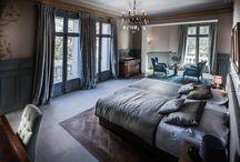 Chambres et suites / Les chambres, la suite et l'appartement, possèdent chacun une atmosphère unique, reflet des personnalités qui ont laissé leur empreinte au fil des siècles comme le Baron Bonnier de la Mosson, l'agronome Henri Mares, …