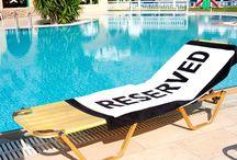 Attention aux poseurs de serviette! :) / 75% des vacanciers européens se disent totalement irrités par la réservation de chaises longues au bord des piscines !  Le site d'avis de voyageurs Zoover veut remédier à ce problème. Signez la pétition pour avoir de tranquilles vacances! http://weblog.zoover.fr/signez-la-petition-les-touristes-irrites-par-la-reservation-illicite-de-transat/