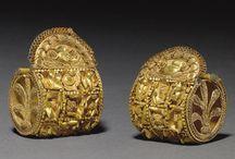 Bijuterii antice, medievale, vase antice, artefacte.