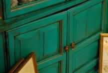 színes bútor