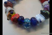 askralen van glas / glaskralen waar de as wel en niet zichtbaar in/op verwerkt is