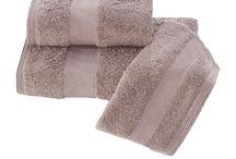 DELUXE - luxusné župany, uteráky a osušky s vysokou gramážou / Výber z palety farieb, textúra, jemnosť a savosť, to sú prednosti uterákov DELUXE, ktoré sú utkané z modálneho vlákna. Uteráky DELUXE priťahujú pozornosť svojím minimalistickým dizajnom, štýlom a dekorom, ktorý ich predefinoval pre prenos vlhkosti z tela pri rituálu sušenia.