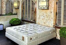 King Koil / Americká firma King Koil je předním světovým výrobcem luxusních postelí a matrací. Firma King Koil disponuje největší sítí poboček na světě a 39 výrobními závody na pěti kontinentech. Postele a matrace King Koil naleznete nejen v domácnostech a rezidenčních projektech, ale také v mnoha nejlepších hotelech světa! Najdete v naší nabídce.