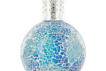 Ashleigh & Burwood / De prachtige fragrancelampen van Ashleigh&Burwood, handgemaakt en daardoor uniek. De geuren variërend van Zoet & Bloemen naar Kruidig & Houtachtig waaronder mengsels van etherische oliën is voor de aromatherapie liefhebber.