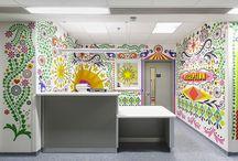 Gyönyörű színes kórházak / A Visual Arts nevű csapat 15 művészének összefogásával tették otthonosabbá, érdekesebbé, szebbé egy londoni gyerekkórház osztályait.