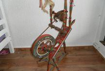 A spinnrader alte mit traditionellen Verziehrungen / Spinnräder mit traditionellen Verzierungen wie Drechseleien, z.B. aus Elfenbein, Intarsien, Schnitzereien, Bemalungen und Bommeln.