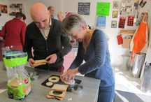 Atelier cuisine / Un journée conviviale à l'atelier cuisine d'Eric Chisvert situé à Sucé-sur-Erdre ! Certains de nos propriétaires ont participé à cette activité culinaire avec au menu des oeufs pochés, en toast ou au four, salade de fruits aux agrumes, compote de fruits secs mais aussi des desserts sans gluten comme des cookies à la châtaigne !