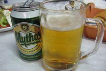 Görög italok / Greek drinks / A görög italok közül a jegeskávék legje, azaz a görög frappé talán a legismertebb, de ha szeszesitalokról van szó, mindenkinek az Ouzo jut az eszébe. Pedig Görögország nem csak az ánizslikőrről híres, hellénföldről származik a Metaxa és a Tsipuro is, valamint a híres görög borok közül igen nagy népszerűségnek örvend a mazsolabor, görög nevén Mavrodaphne. Görög italok továbbá a Mythos, a Sparta és számos sörmárka, a görög gyümölcslevek tekintetében pedig az egyik legnevesebb márka az Amita.
