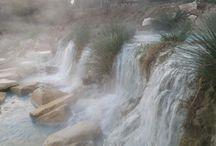 Cascate del Mulino a Saturnia - Saturnia Hot Springs / Le Cascate del Mulino di Saturnia, a soli 3,5 km da Relais Ciavatta, sono uno dei luoghi più suggestivi ed affascinanti della Maremma Toscana, si tratta di un luogo sorto in maniera naturale, originatosi da una roccia di travertino, scavata dalla cascata di acque solfuree termali.  Le Cascate del Mulino sono originate dalle acque solfuree delle Terme di Saturnia, particolarmente importanti per le loro proprietà benefiche, l'acqua sgorga da una sorgente naturale ad una temperatura di 37,5°C .